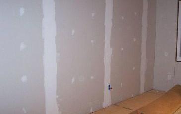 Zaprawy gipsowe czy płyty g-k – co lepsze na wykończenie ściany?