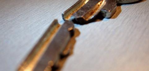 Jak usunąć złamany klucz z zamka?
